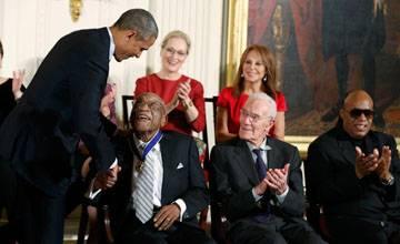 أوباما يمنح الميدالية الرئاسية للحرية لثمانية عشر شخصا من بينهم ميريل ستريب