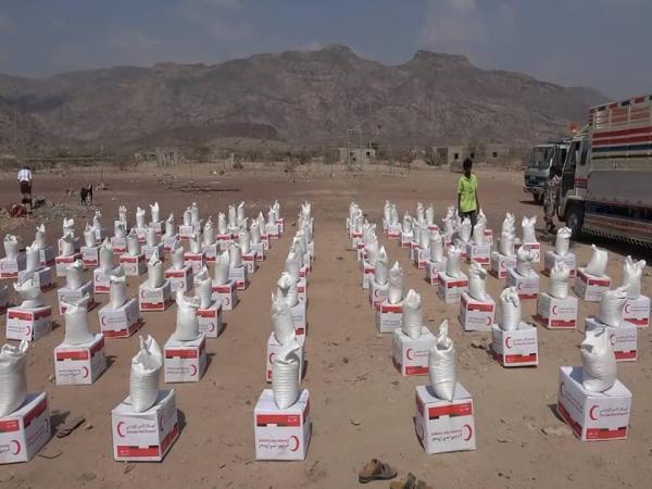 الهلال الإماراتي يقدم مساعدات إغاثية للأسر الفقيرة في مديرية القبيطة بلحج
