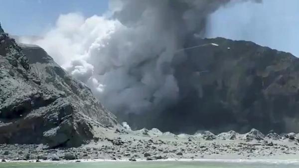 خمسة قتلى على الأقل في ثوران بركان شمال نيوزيلندا
