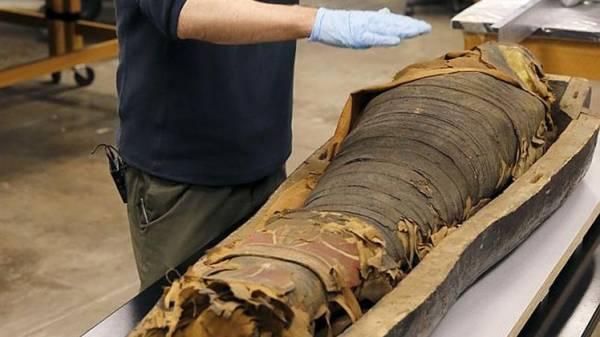 العلماء يفتحون تابوتاً لمومياء مصرية عمرها أكثر من 2500 عام