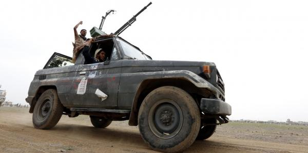 مسلحون حوثيون يداهمون منزل مواطن في قرية المصاقرة بذمار ويصيبون أحد ساكنيه