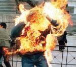 موظف سرح من عمله يحرق نفسه أمام مقر حكومة باسندوة