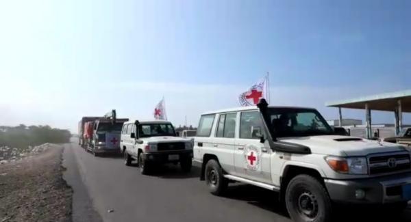 فيديو- الحوثيون يمنعون فريق الصليب الأحمر من دخول الدريهمي ويستولون على قافلة إغاثية