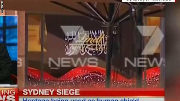 """مذيعون يتحدثون لخاطف الرهائن بسيدني: والاخير يطلب علم """"داعش"""" ومكالمة رئيس وزراء استراليا"""