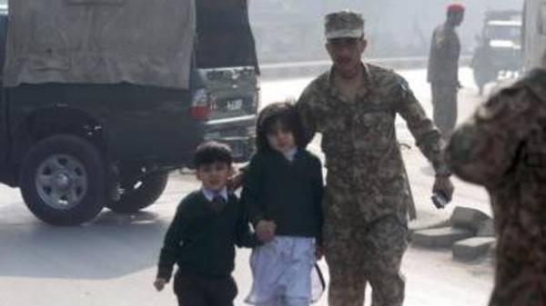 مقتل وإصابة نحو 250 شخصاً في هجوم لطالبان على مدرسة بباكستان