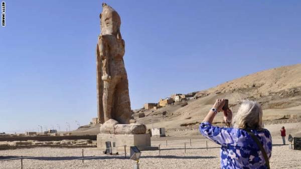 مصر.. تمثال الفرعون امنحوتب الثالث يرتفع مرة أخرى بالأقصر بعد 3000 عام