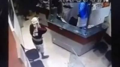 كاميرا مراقبة تكشف 3 موظفين يمنيين اختلسوا 120 ألف ريال سعودي من شركة صرافة
