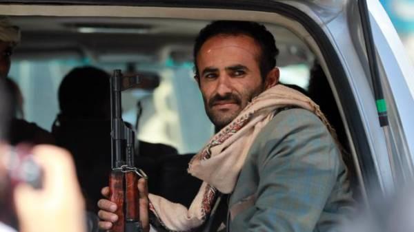 مقتل وإصابة 4 في انفجار 3 عبوات ناسفة بسيارة شيخ قبلي شرق اليمن