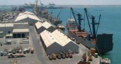 توقف حركة النقل بميناء المعلا بعد احتجاجات عمال الشحن والتفريغ