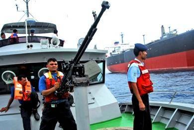 خفر السواحل تلقي القبض على باخرة محملة بأدوية ومبيدات مهربة بحضرموت