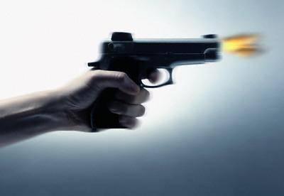صنعاء.. فتاة تصيب شاب من مسدسها اثر معاكسته لها في حديقة السبعين