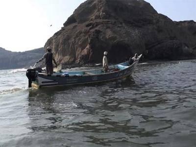 المهرة.. مروحية تنقذ 3 صيادين بعد 3 أيام من فقدانهم في البحر