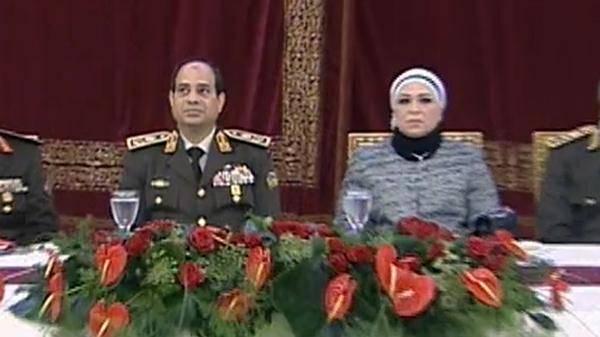المشير السيسي يظهر مع زوجته لاول مرة خلال حفل عسكري