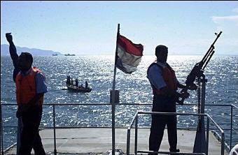 """ضبط 3 سفن و""""جَلَبَة"""" محملة سجائر وخموراً مهربة في عدن وتعز"""