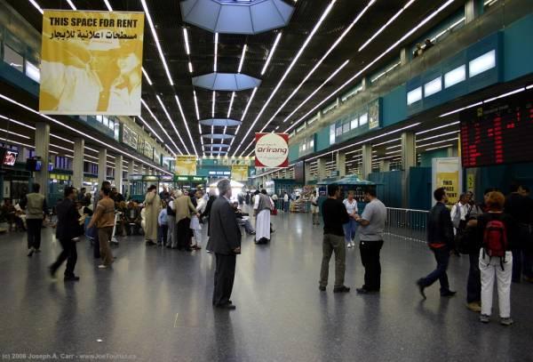 اغلاق مطار طرابلس الليبية بعد سقوط صواريخ على مدرج الهبوط