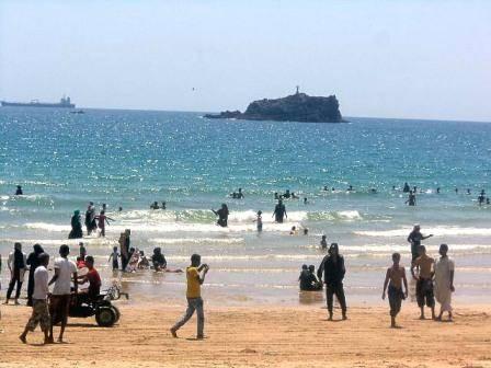 عدن.. غرق سيارة في مياه ساحل أبين