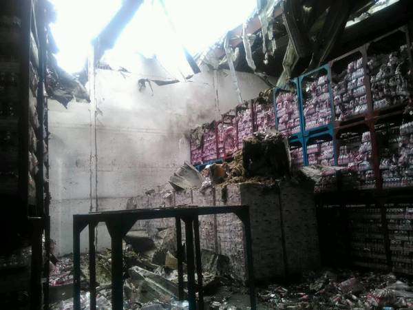تفاصيل- خسائر فادحة وحرائق هائلة جراء غارات بالحديدة (صور)