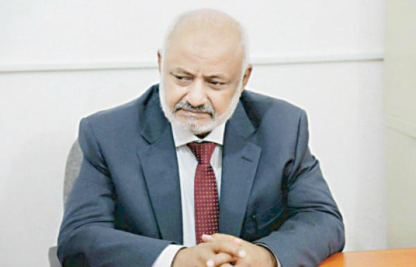 استقبل المعتقلة المفرج عنها &#34ذكرى&#34.. محافظ الحديدة: الحوثيون يدعون الفضيلة وهم أقرب إلى الرذيلة