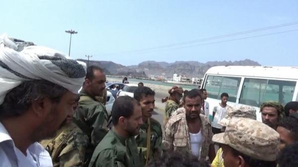 جنود موالون للفار هادي يقطعون الخط البحري بعدن ويهددون بالتصعيد