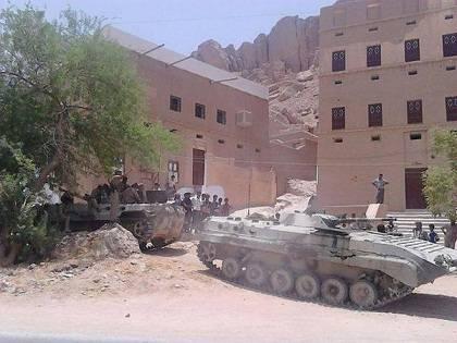 القصة الكاملة لتسليم القاعدة أكبر معسكرات الجيش اليمني في حضرموت