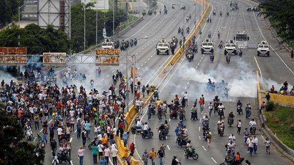 فنزويلا.. 23 قتيلا والمعارضة تواصل الضغط على مادورو