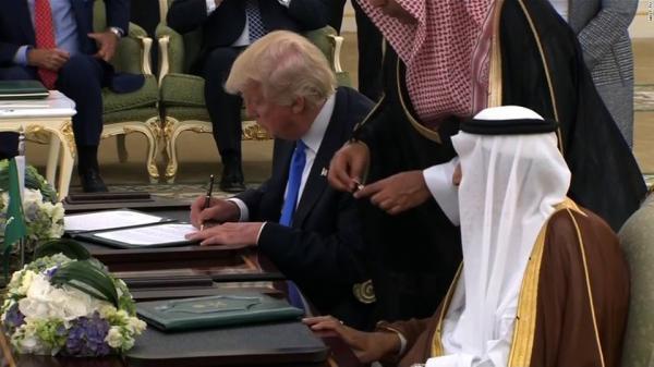 معهد بروكينغز الأمريكي: لماذا أعاد ترامب صفقات الأسلحة غير الأخلاقية للسعودية؟