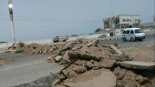 بالصورــ المليشيا تقطع الطريق المؤدي إلى &#34كيلو 16&#34 وتحفر الخنادق في الحديدة