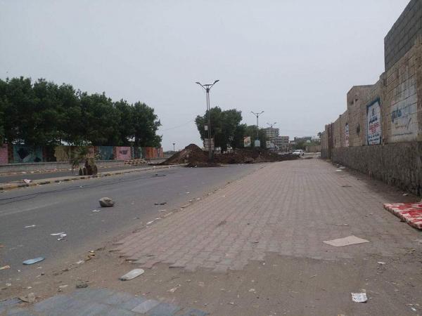 بالصور.. مليشيا الحوثي تواصل حفر الشوارع الرئيسية وقطع شبكات المياه بالحديدة