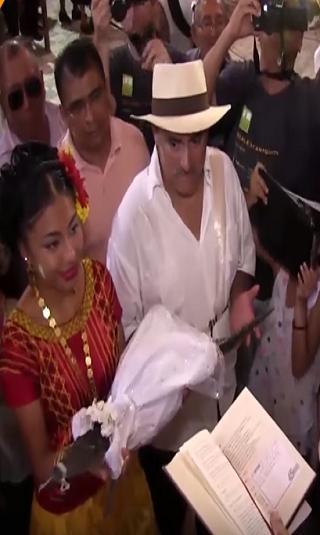 بالفيديو: رئيس بلدية مكسيكية يتزوج أنثى تمساح