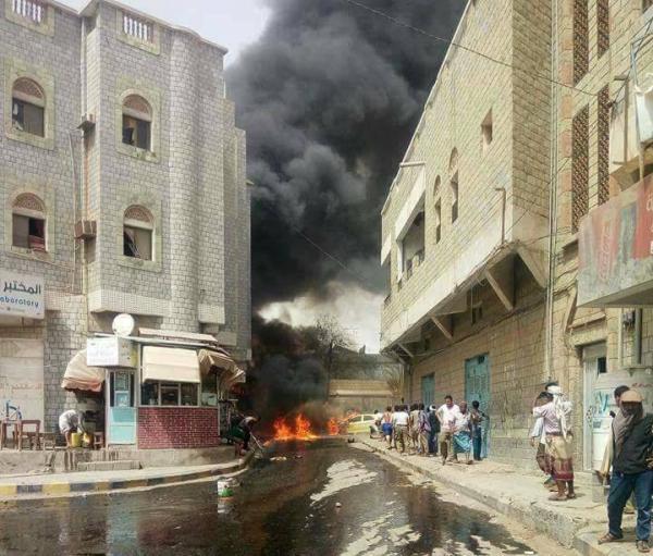 حريق يلتهم مبنى سكنيا في الحديدة