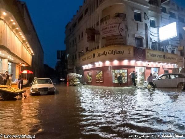 بالفيديو والصور.. سيول أمطار الخير تتدفق في &#34سائلة&#34 العاصمة صنعاء