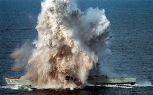 البحرية اليمنية استهدفت سفينة حربية لتحالف العدوان