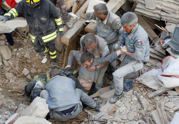 زلزال إيطاليا المميت والمدمر في صور