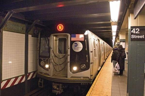 رعب في قطار أنفاق بنيويورك بعد قيام امرأة بإطلاق صراصير وديدان