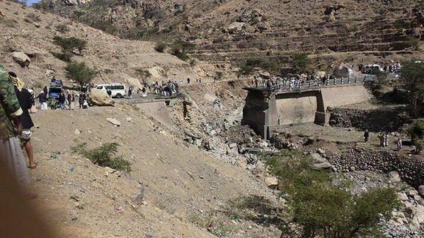 بالفيديو والصور: قصف جوي يدمر جسراً يربط صنعاء بالحديدة