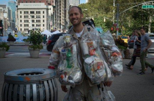 &#34رجل القمامة&#34 يجوب شوارع نيويورك لتوجيه رسالة توعية بيئية للاميركيين