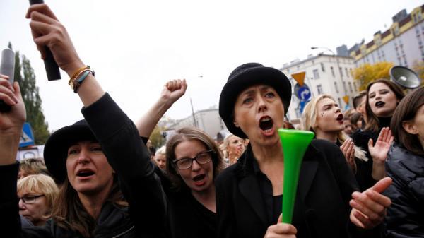 ديلي ميل: نساء بولندا يهددن بوقف العلاقة الحميمة مع الرجال (فيديو)