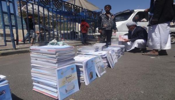 مليشيات الحوثي تفتتح سوقاً سوداء لبيع الكتاب المدرسي