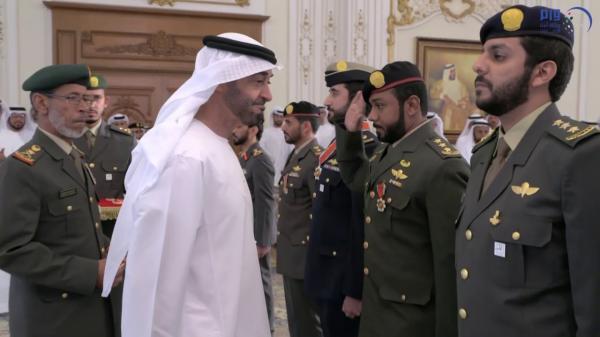 محمد بن زايد يقلِّد عدداً من منتسبي القوات المسلحة أوسمة «المجد» و«الإمارات»