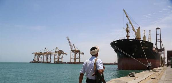 الحكومة توافق على إدخال 10 سفن محملة بالوقود إلى ميناء الحديدة