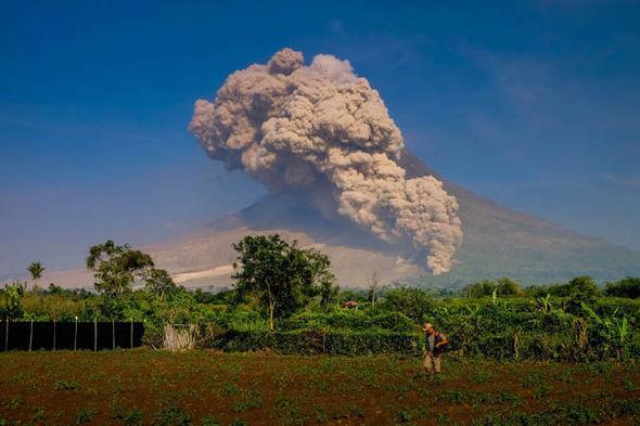 ماذا يحدث في جزيرة بالي.. ولماذا الهلع الكبير من ثوران البركان؟
