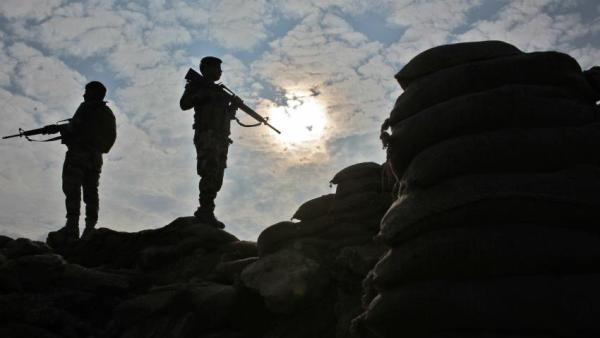 17 عسكرياً بينهم قيادات انشقوا عن مليشيا الحوثي ووصلوا المناطق المحررة